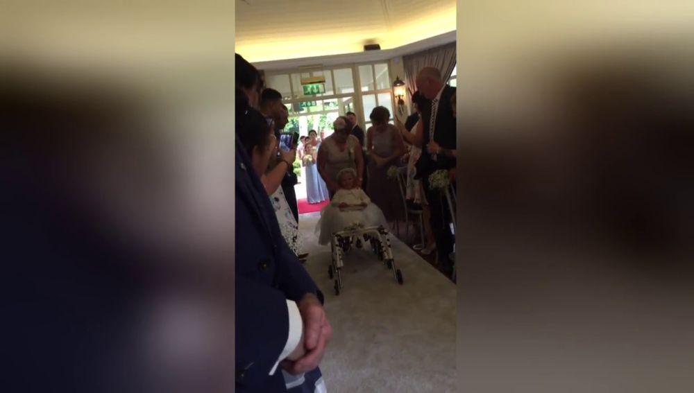 Una niña camina por primera vez en la boda de su madre