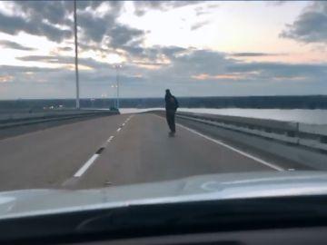 Skater en una carretera de Estados Unidos