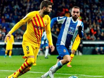 El defensa del FC Barcelona Gerard Piqué se escapa de Bernardo, del RCD Espanyol