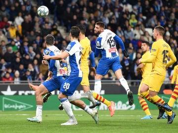 Los jugadores de Espanyol y Barça disputan un balón aéreo