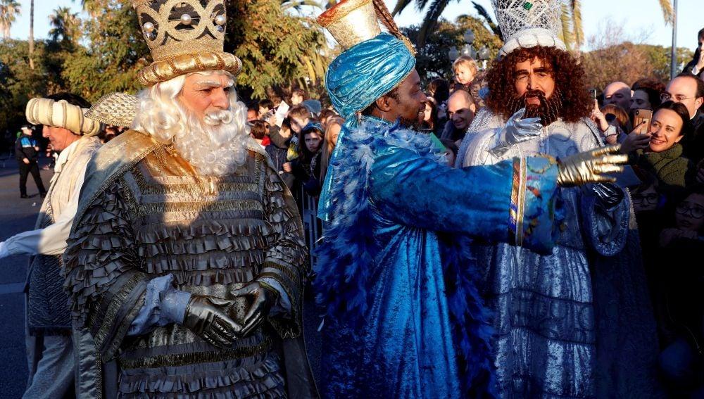 Los tres Reyes Magos saludan a los niños que les esperaban esta tarde a su llegada a Barcelona