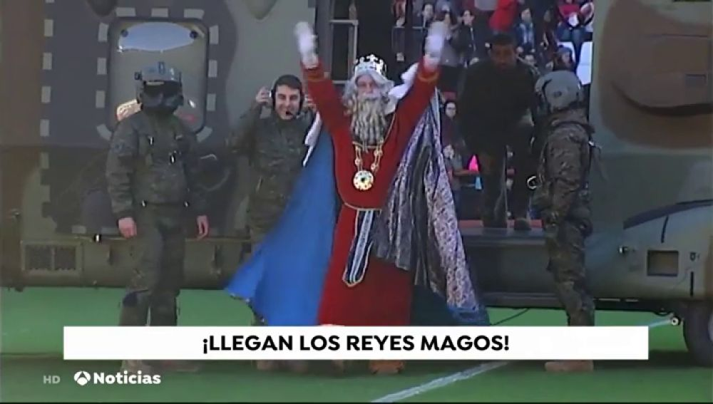 Los Reyes Magos aterrizan en un campo de fútbol de Logroño ante 15.000 personas