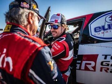 Fernando Alonso bajándose del Toyota Hylux
