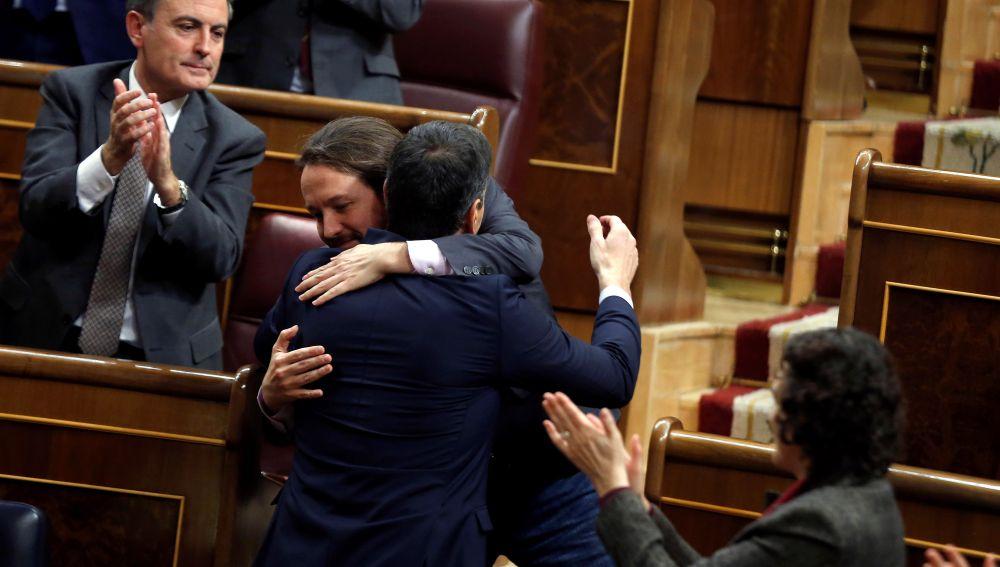 Sánchez se abraza a Iglesias al terminar su turno de réplica a Unidas Podemos