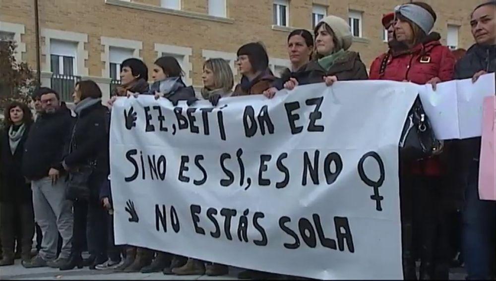 Concentración múltiple en Orcoyen en repulsa a la violación en grupo a una vecina de la localidad