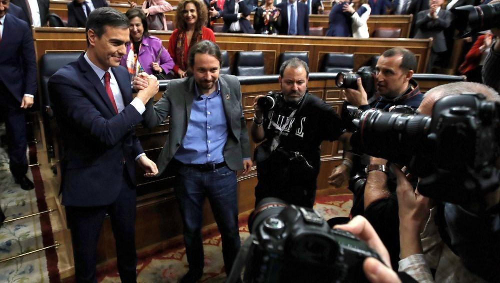 Apretón de manos entre Pedro Sánchez y Pablo Iglesias tras la investidura del primero