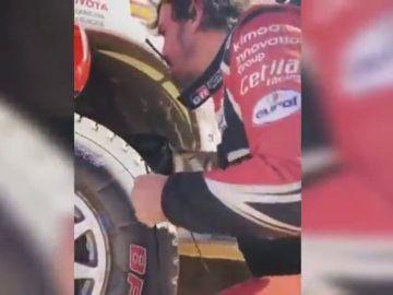 """Imágenes inéditas de la reparación desesperada de Fernando Alonso en el Dakar: """"¿No tienes cinta americana ni nada?"""""""