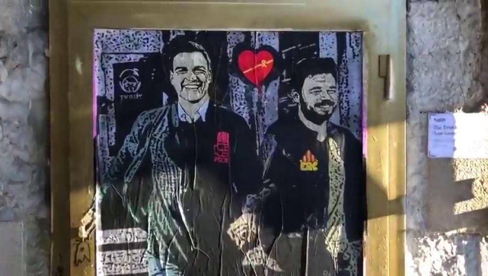 Sánchez y Rufián, sonrientes y cogidos de la mano en el nuevo grafiti de Tvboy
