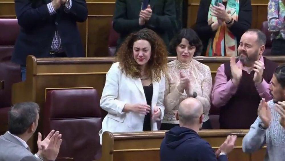 Aina Vidal llora al recibir la ovación del Congreso