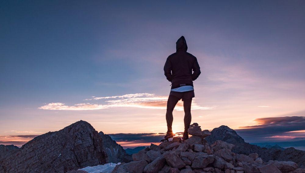 Persona en la cima de una montaña