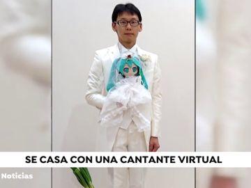 El japonés que se casó con una cantante virtual se queda 'viudo' por una actualización del software