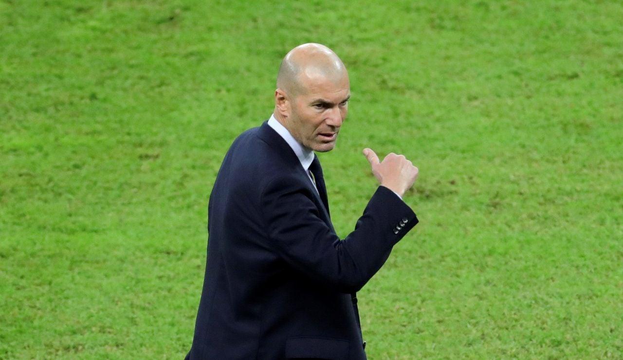 Zinedine Zidane, en la banda del estadio Rey Abdullah