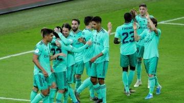 Los jugadores del Real Madrid celebran un gol ante el Valencia en la semifinal de la Supercopa de España