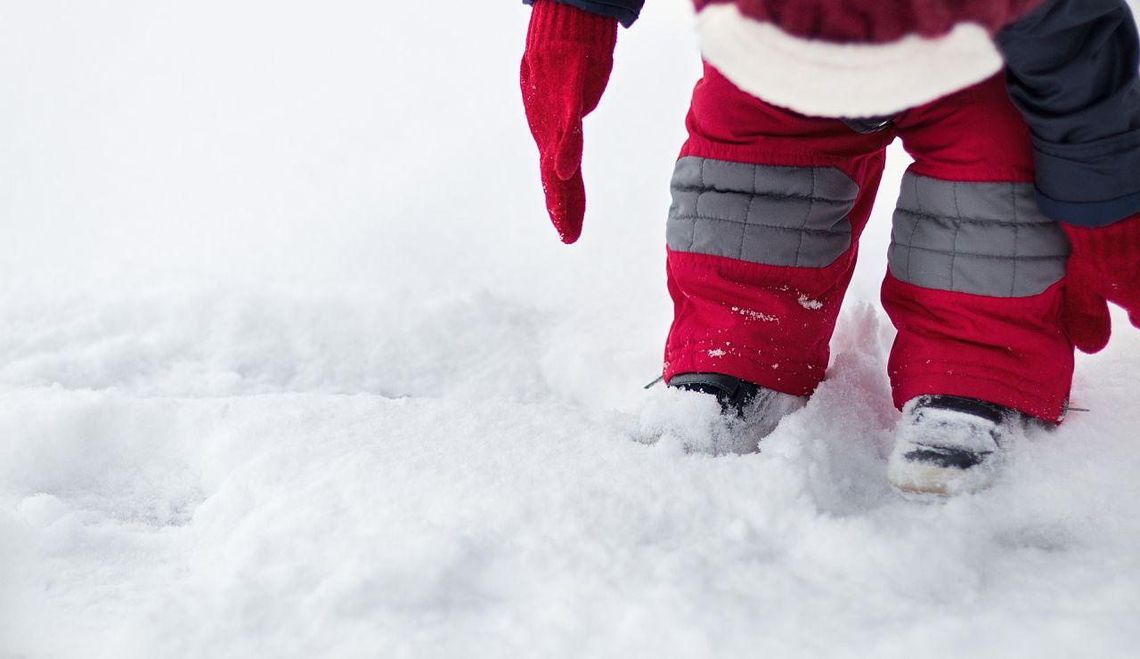 Un bebé en la nieve