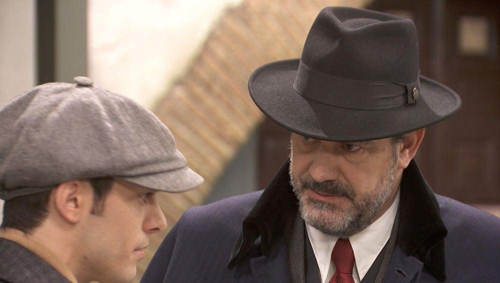 Pablo e Ignacio, espiados por un misterioso hombre