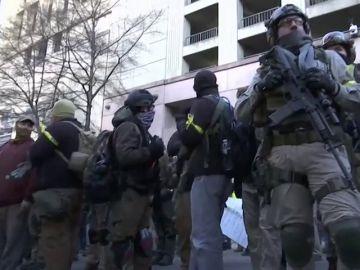 """Miles de manifestantes armados en Virginia al grito de """"las armas salvan vidas"""""""
