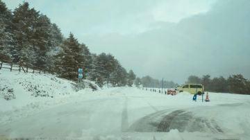 La nieve llega a Madrid: será obligatorio circular con cadenas en Navacerrada y Cotos