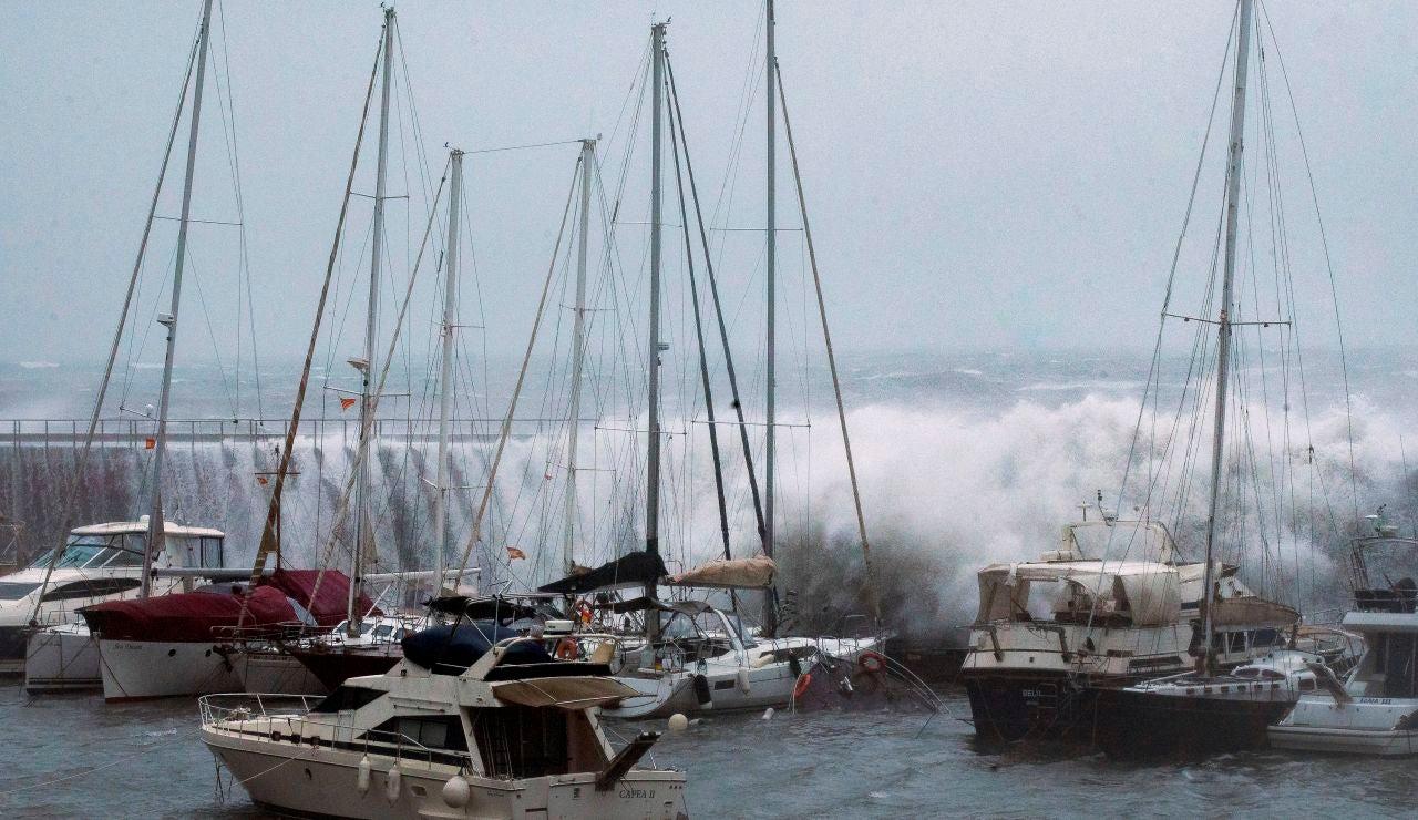 Grandes olas sobrepasan el espigón del Puerto Olímpico de Barcelona