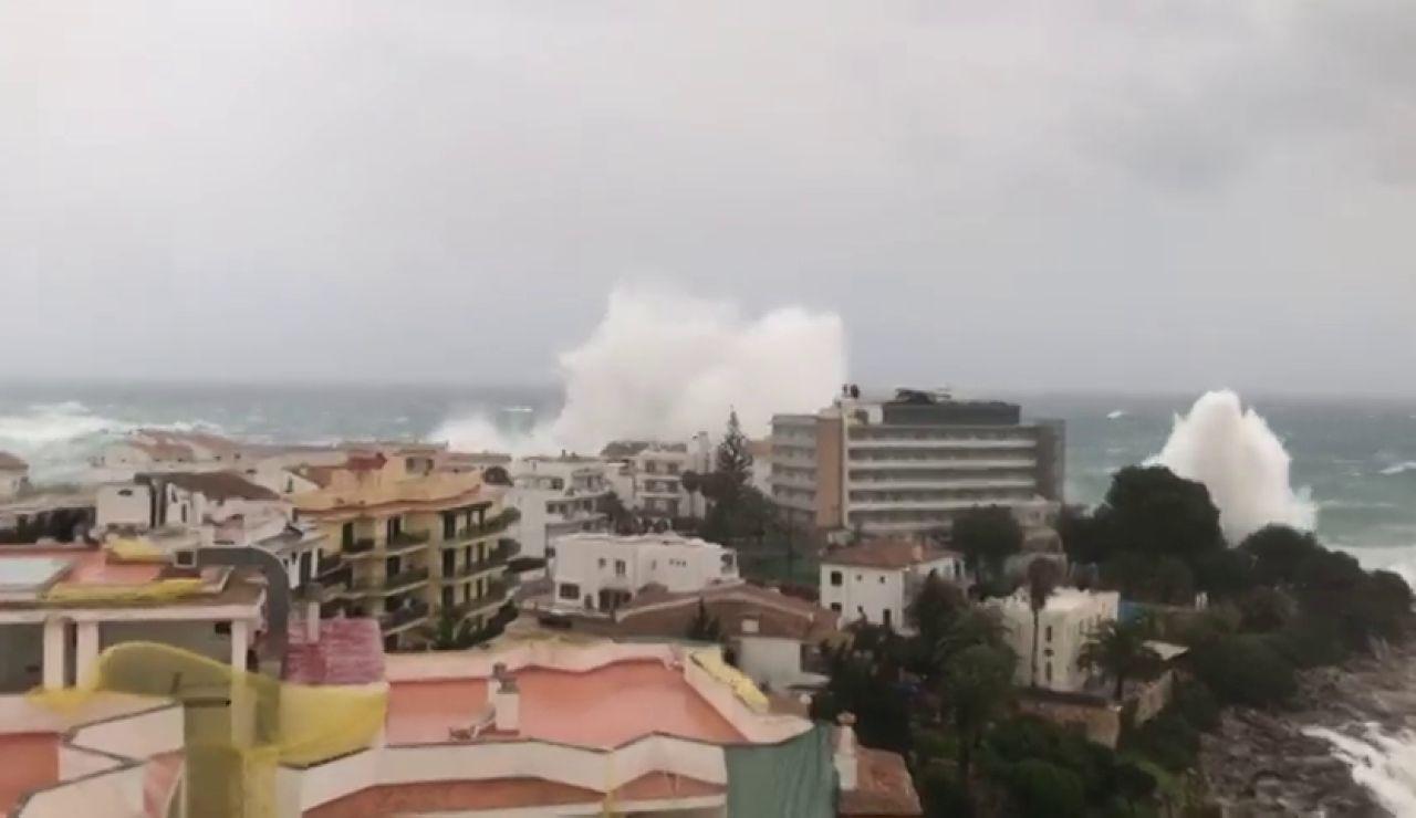 Las olas saltan por encima de los edificios en Mallorca