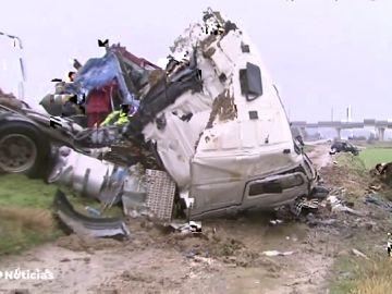 Tres muertos al chocar dos camiones y dos coches en Osera de Ebro, en Zaragoza