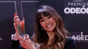 Aitana alzando su galardón en los Premios Odeón