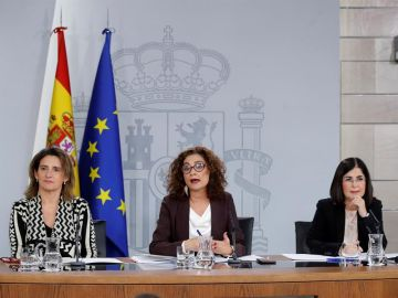María Jesús Montero (c), junto a Teresa Ribera (izq.) y Carolina Darias (der.)