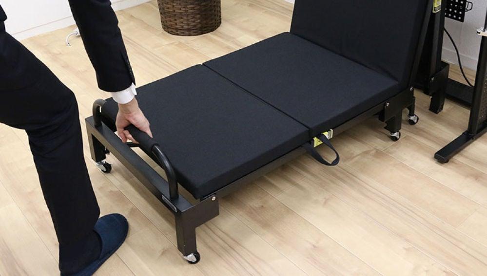 Una cama bajo el escritorio para echarse la siesta durante el trabajo, un invento que ya ha generado polémica en Japón