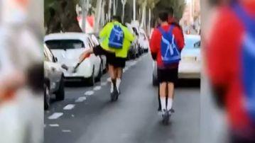 Un jugador del UD Melilla destrozando un retrovisor con el pie