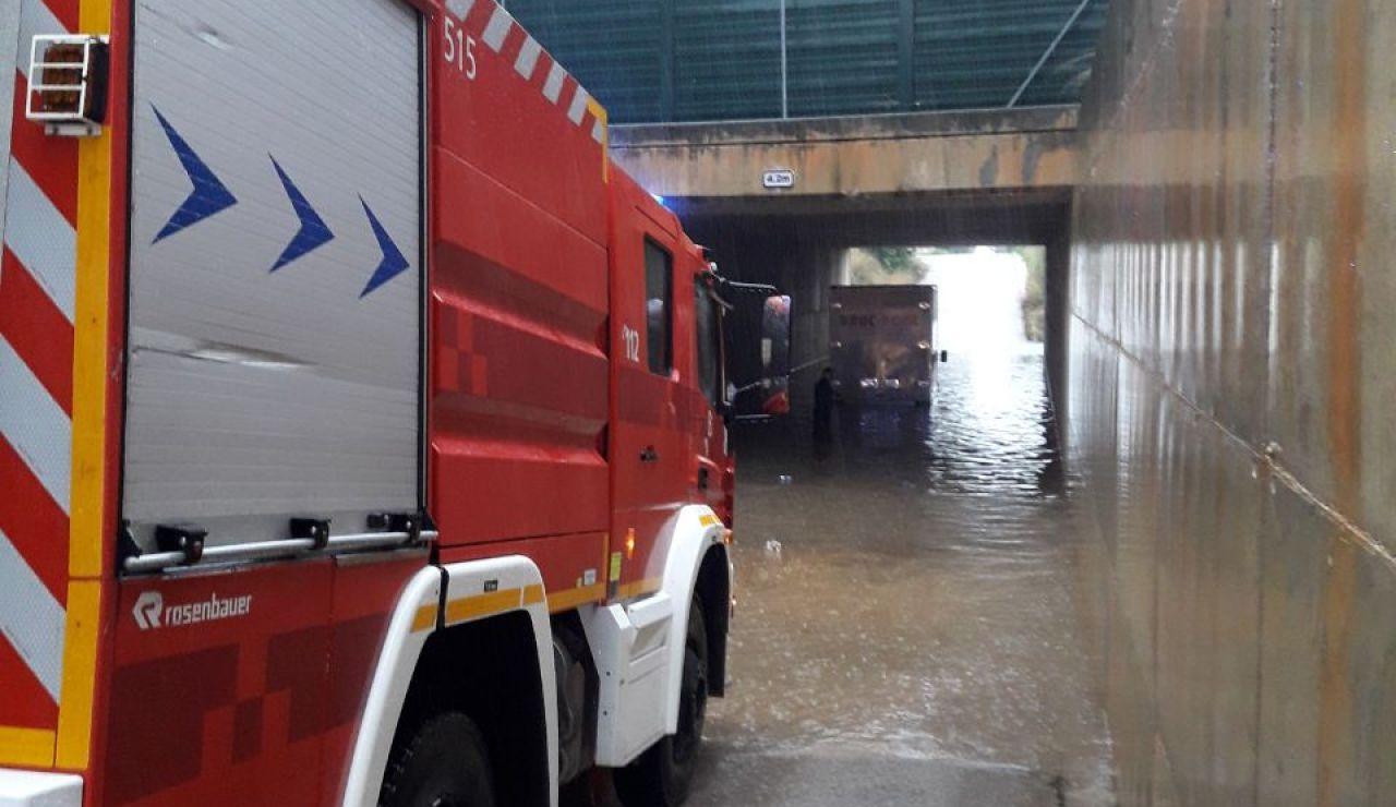 """Bomberos de Mallorca actuando ante las inundaciones causadas por la borrasca """"Gloria""""."""