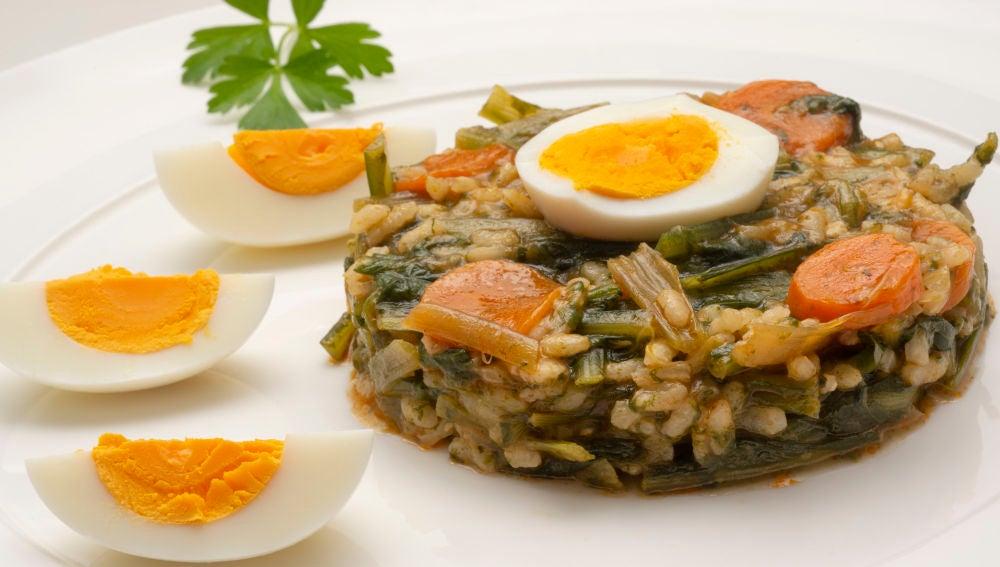 Cazuela de arroz, achicoria y huevo cocido