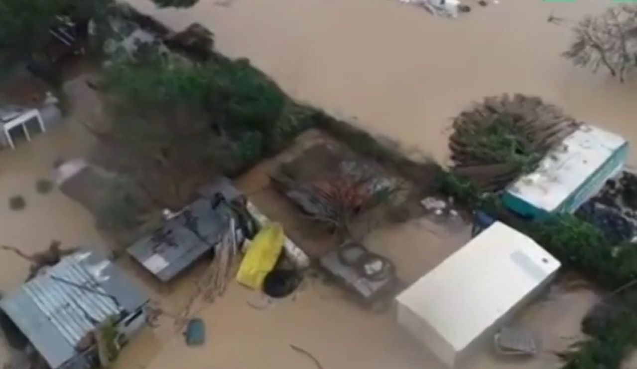 Rescatan a una persona que se había quedado atrapada en un tejado por las inundaciones en Malgrat de Mar