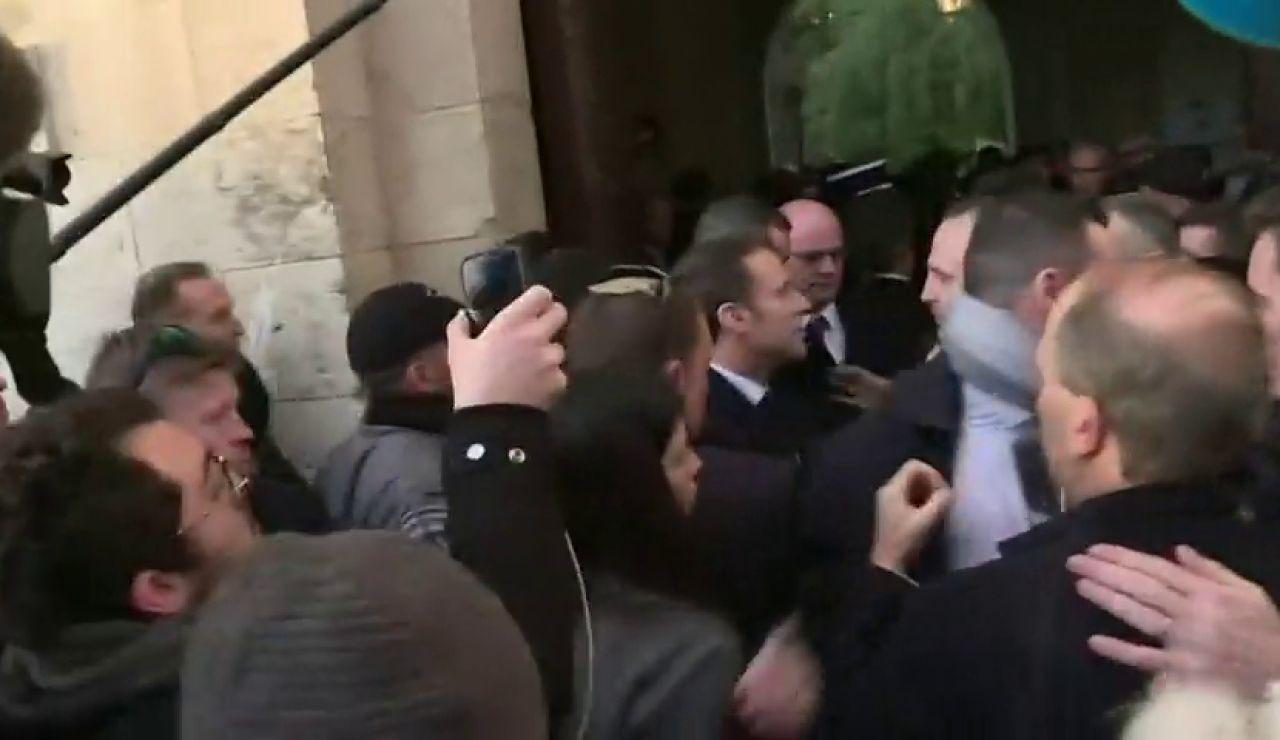 Macron echa a los policías encargados de su seguridad que querían entrar con él en una iglesia de Jerusalén
