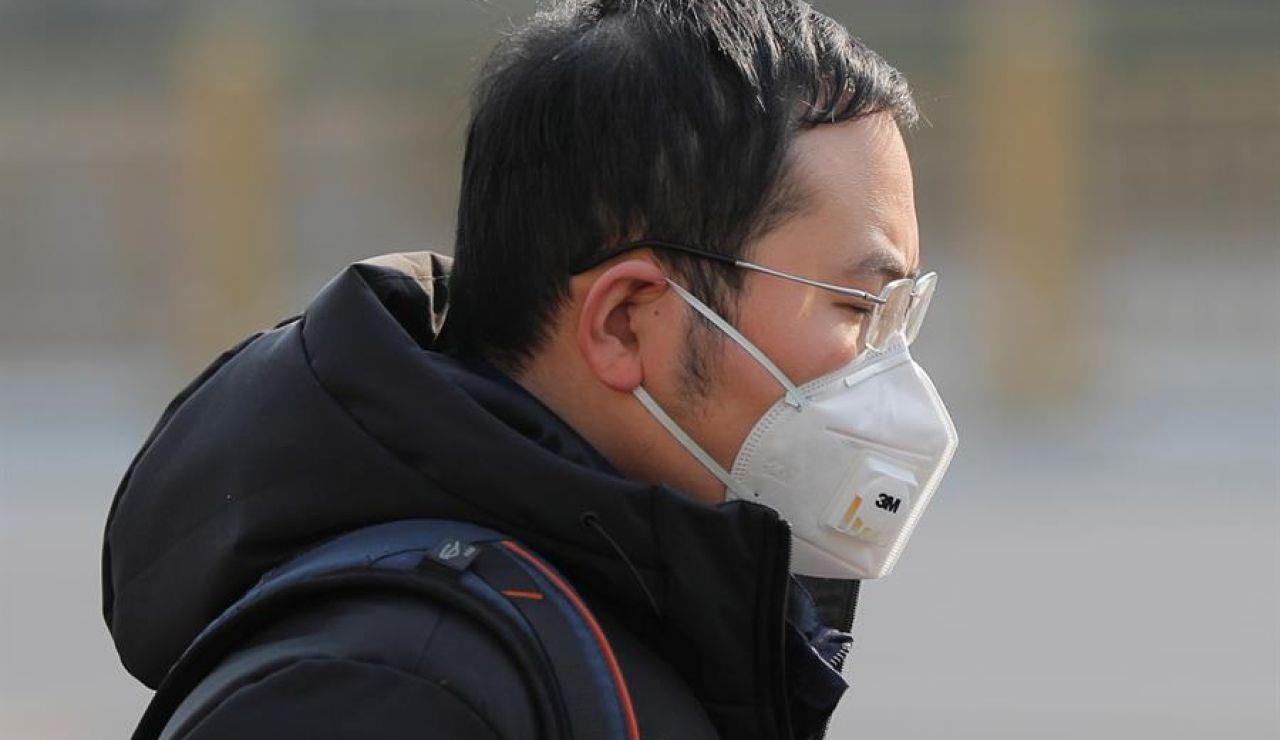Un ciudadano chino con una mascarilla en Pekín