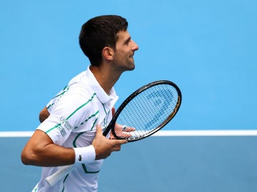 Djokovic celebra su victoria ante Ttsuma Ito