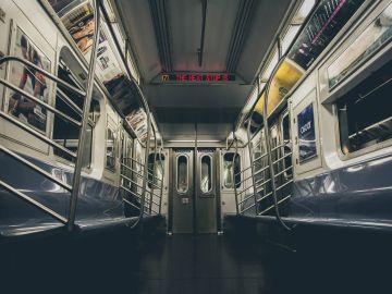Interior de un vagón de metro (archivo)