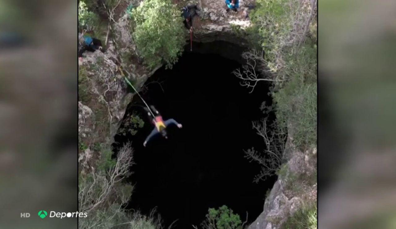 Andy Lewis se atreve con el salto base, ¡En un cueva de Palma de Mallorca!