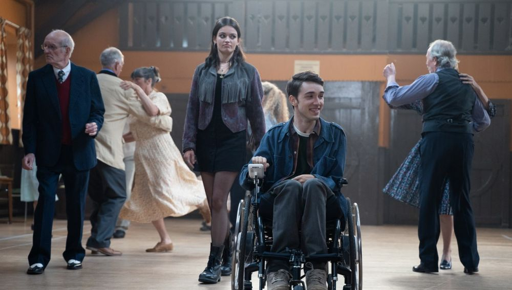 Emma Mackey y George Robinson como Maeve e Isaac en 'Sex Education'