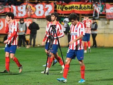 Los jugadores del Atlético, cabizbajos tras perder ante la Cultural Leonesa