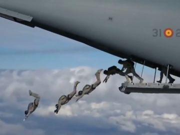 Así ha sido el espectacular salto al vacío de 114 paracaidistas del Ejército del Aire