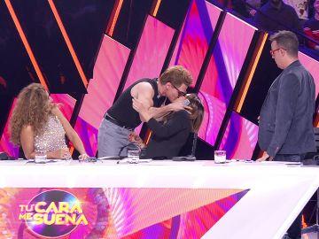 El inesperado beso de Miki Núñez a Chenoa para empezar bien en 'Tu cara me suena'