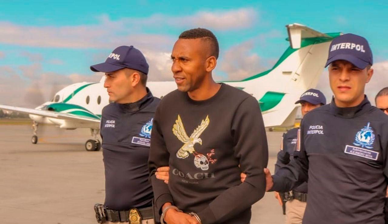Jhon Viáfara, escoltado por agentes de la Interpol