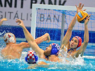 El portero de Croacia trata de defender un lanzamiento de España