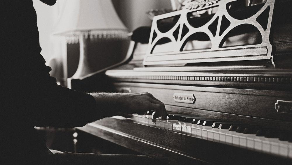 Un hombre toca el piano