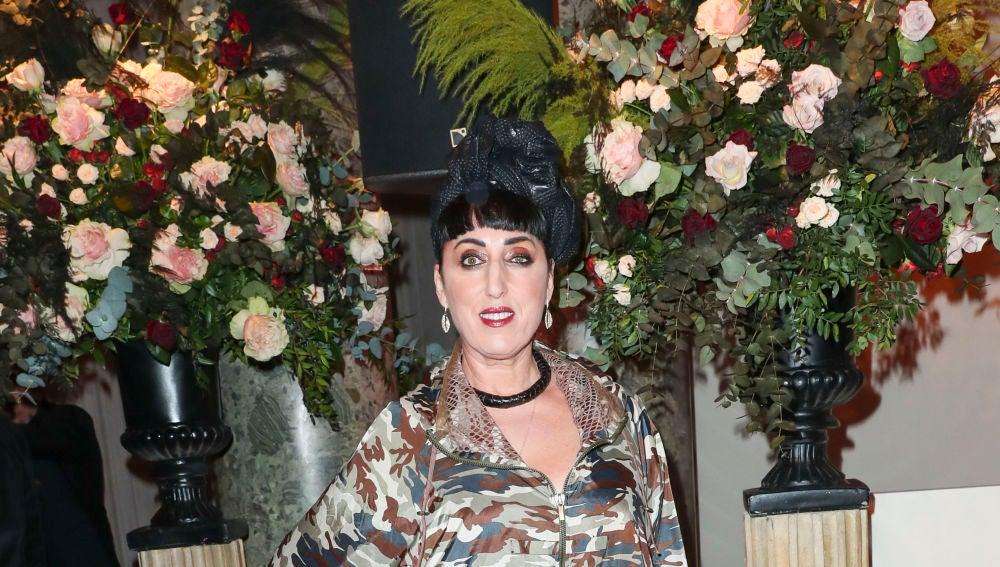 El extraño look de Rossy de Palma para asistir a una gala en la Semana de la Moda de París