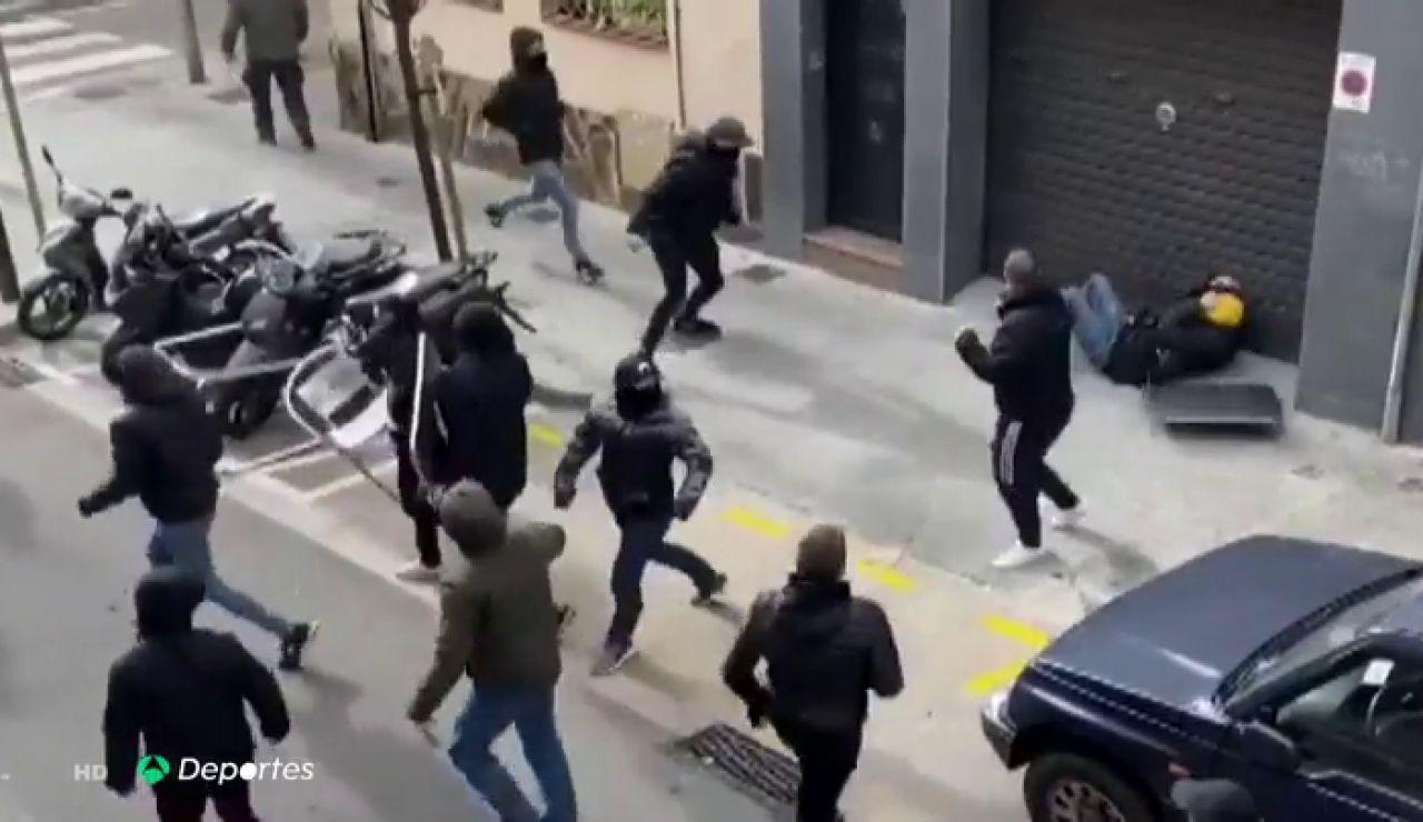 La terrible secuencia de la agresión con sillas y mesas a un aficionado del Espanyol
