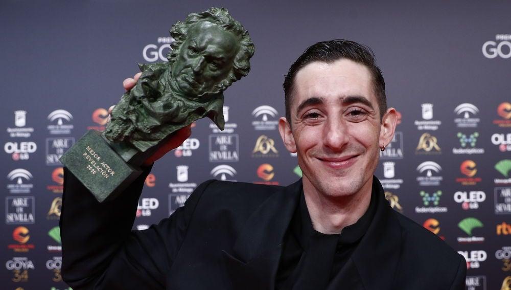 Enric Auquer con su Goya a Mejor Actor Revelación por  'Quien a hierro mata'