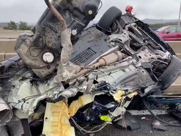 Dos heridos tras estrellar su coche contra la mediana de la A-6 que ha partido el vehículo por la mitad