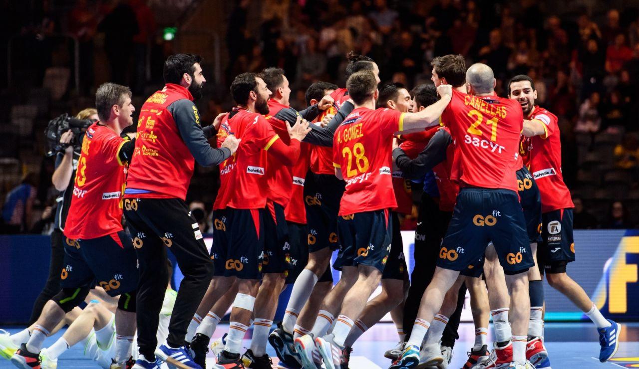 Los jugadores de España celebran la victoria