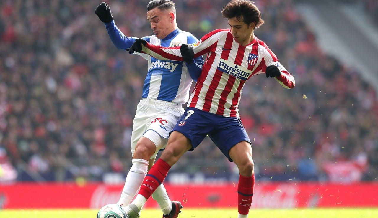Joao Félix disputa la posesión en el partido ante el Leganés