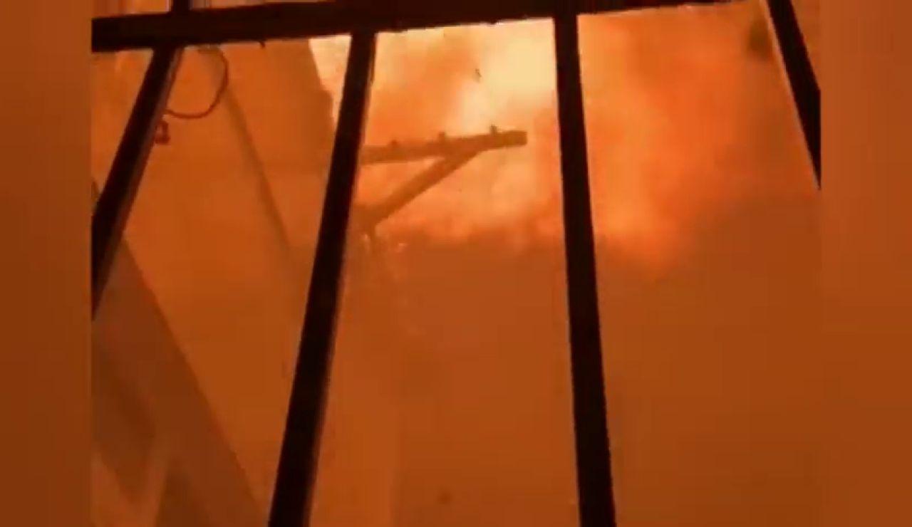 Un incendio muy virulento obliga a desalojar a varios vecinos del barrio de la Malagueta